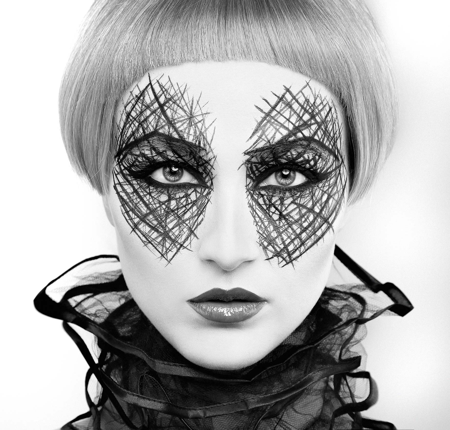 london-ont-photographers-scribble-makeup-eyeliner-bw-graphic-catseye-fashion-beauty-photographers-london-toronto-ontario-hair-shoot-contessa-salon-entreous-florencia-taylor-julie-vriesinga
